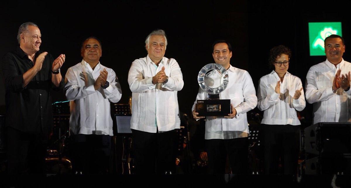 Gobernador de Yucatán recibiendo estafeta del Tianguis Turístico. Foto de @MauVila