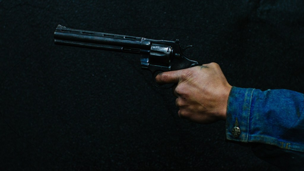 #Video Asaltantes amenazan con disparar contra pasajeros de transporte público en Iztapalapa - Hombre sosteniendo una pistola.