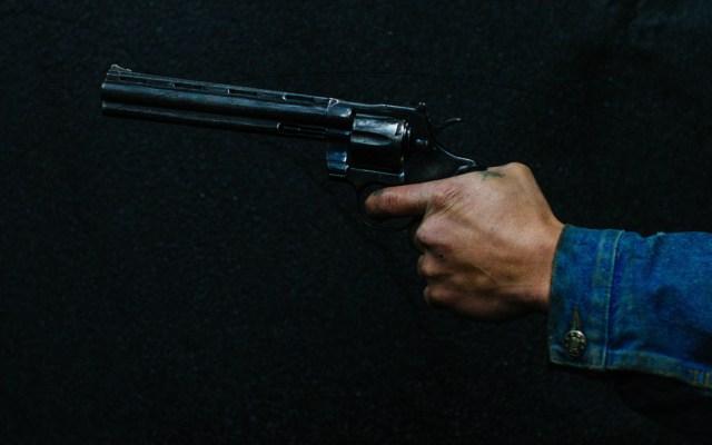 Crecen homicidios, secuestros y extorsiones en 2019 - Hombre sosteniendo una pistola.