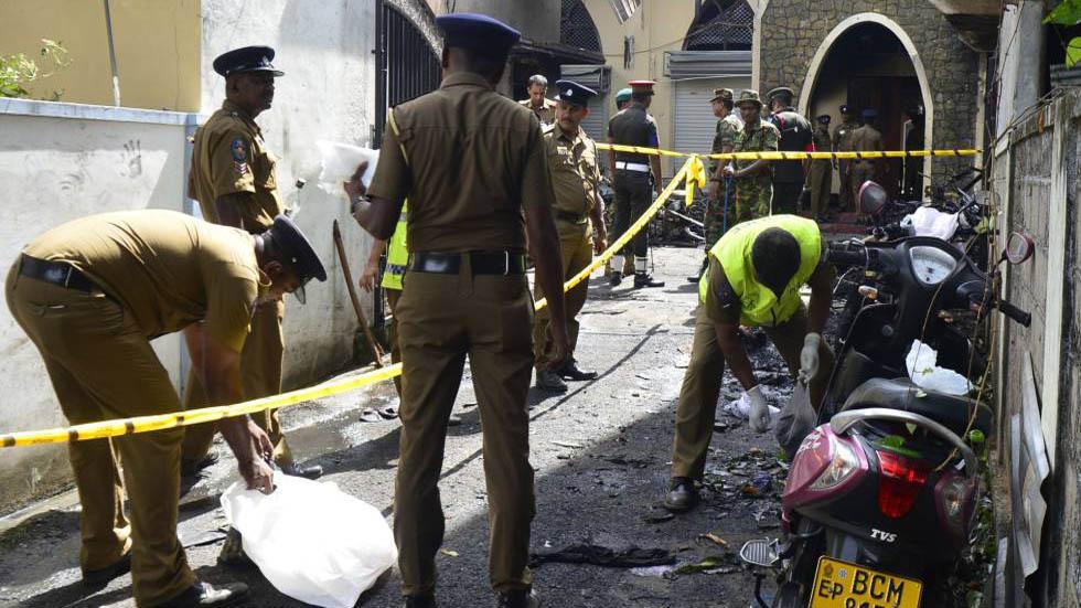 Policías recolectando lo que quedó del explosivo que estalló en la iglesia de Batticaloa. Foto de AFP