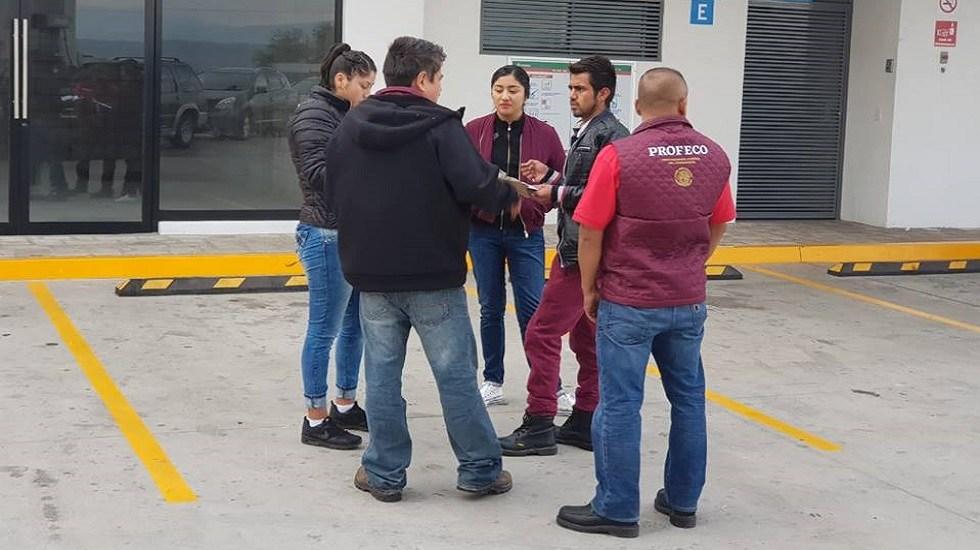 Suspenden gasolinera en Guanajuato por vender litros incompletos - Inspectores de la Profeco. Foto de @ProfecoOficial