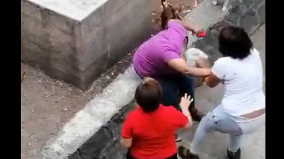 #Video Joven golpea a adulta mayor en Tlatelolco - Joven agrede a adulta mayor. Captura de pantalla