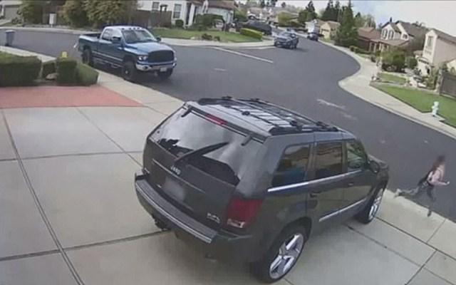 #Video Joven escapa de hombre que la perseguía en un auto en California - joven escapa de hombre