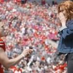 #Video Jugador de americano le propone matrimonio a su novia en pleno campo - jugador de futbol americano le propone matrimonio a su novia