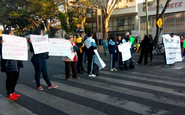 Padres de familia bloquean Eje 5 Sur y Andrés Molina - Foto de @grawperez