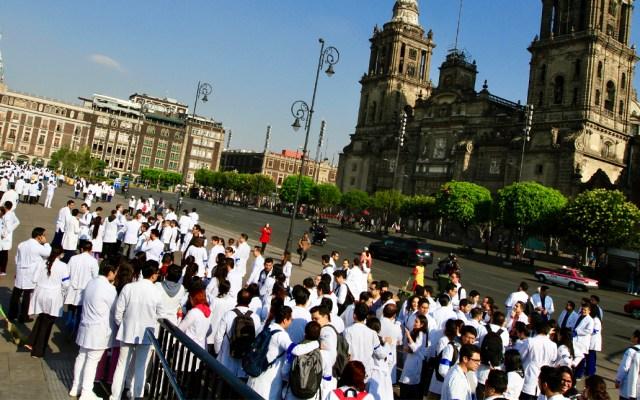 Marchan médicos resientes del Hospital General de México - Foto de Notimex