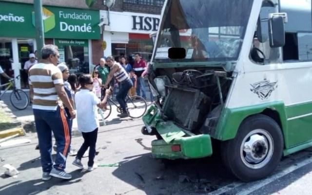 Menor choca unidad de transporte público en Xochimilco - Foto de @edgarivan92