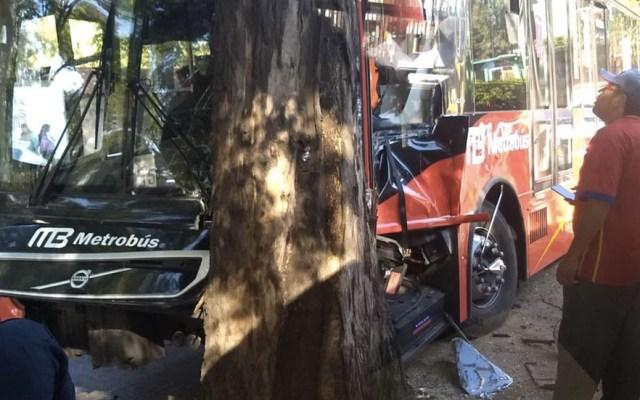 Metrobús se estrella contra árbol tras esquivar a motociclista - Foto de @teresacruzherna