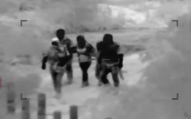 #Video Comando armado custodia a migrantes indocumentados en su cruce a EE.UU. - comando armado cruza migrantes en la frontera