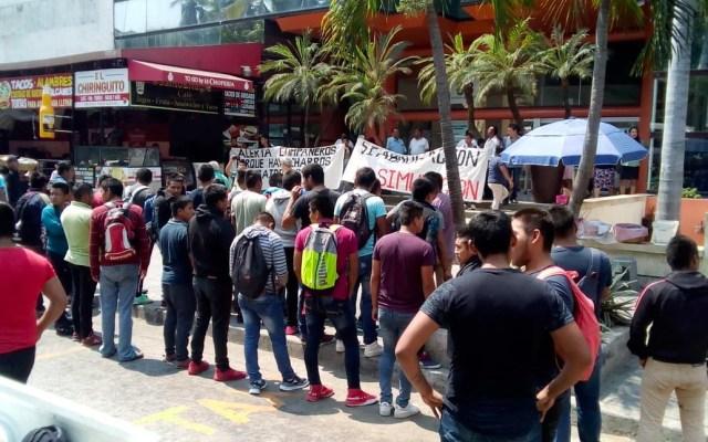 Normalistas de Ayotzinapa bloquean Costera Miguel Alemán en Acapulco - Foto de Quorum