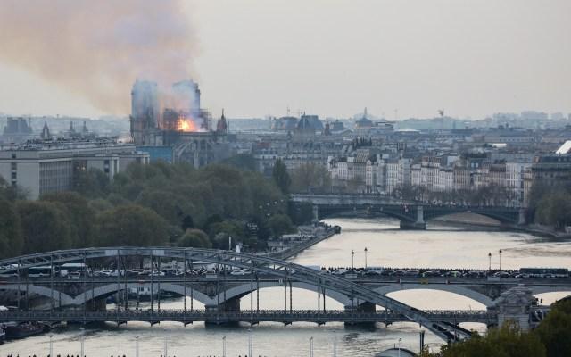 Teléfono de emergencias de la Embajada de México tras incendio en Notre-Dame - Foto de LUDOVIC MARIN / AFP.