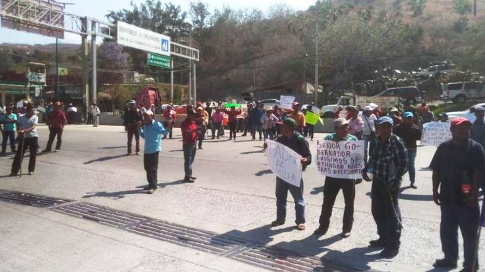 Padres de familia bloquean la Autopista del Sol en Chilpancingo - Foto de Enfoque Informativo