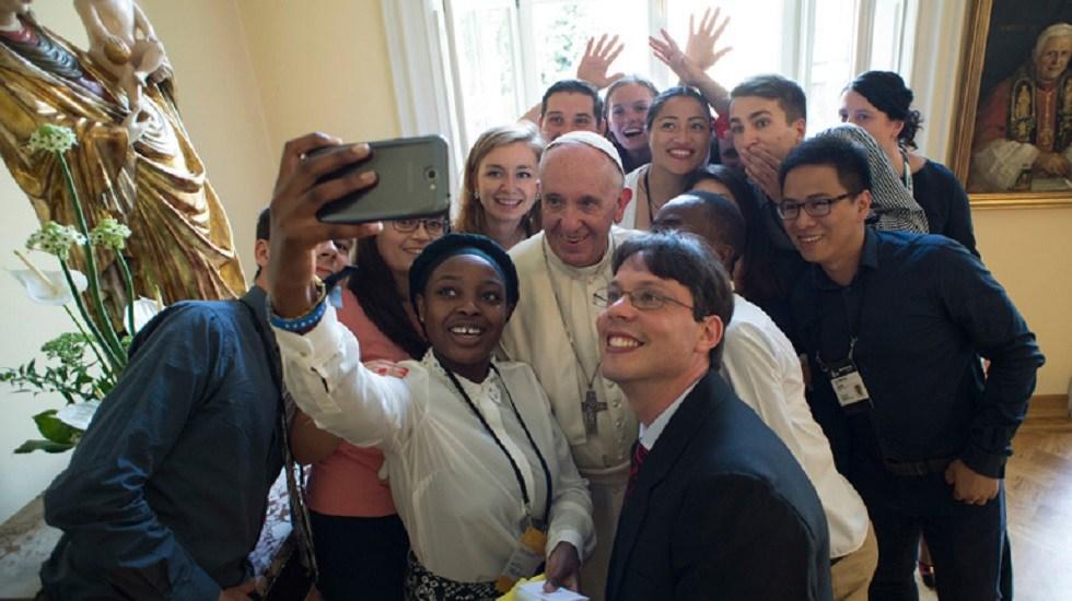Papa Francisco pide a los jóvenes no dejarse comprar - Papa Francisco con jóvenes durante la Jornada Mundial de la Juventud de 2016. Foto de CNS