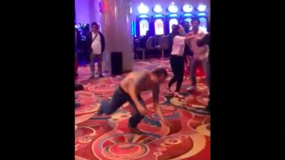 #Video Hombres pelean en casino al estilo de la lucha libre - Captura de pantalla