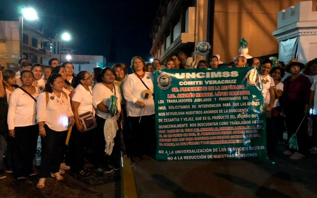 Pensionados del IMSS en Veracruz piden devolución de ahorros - Foto de XEU