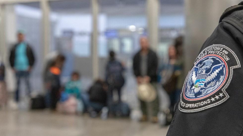 Biden incrementa hasta 125 mil el número anual de refugiados en Estados Unidos - Procesamiento de migrantes ilegales en el Puerto de Entrada de San Ysidro. Foto de @cbpphotos / Flickr