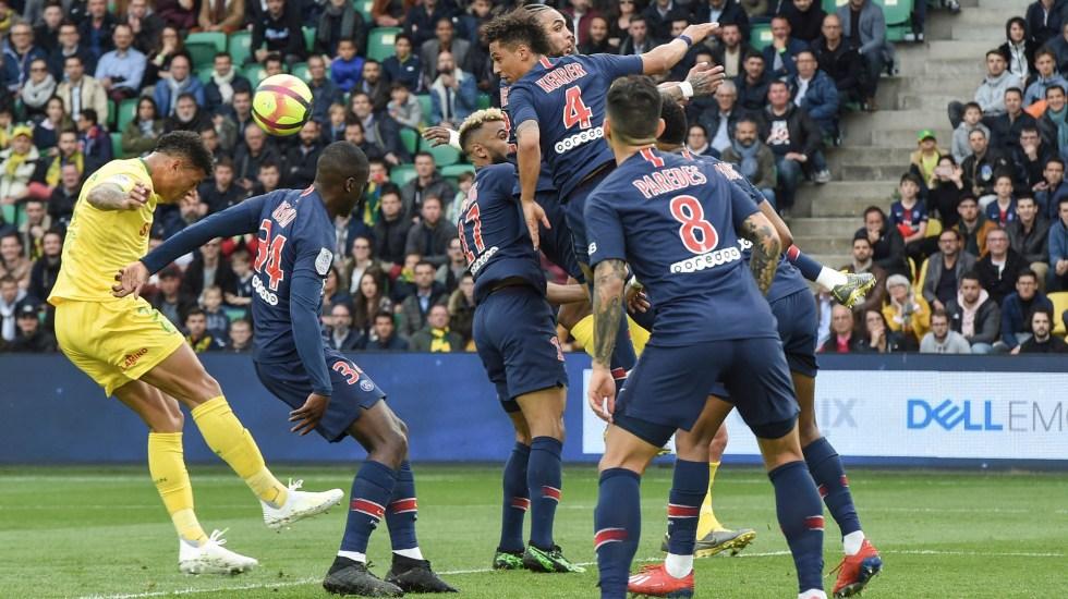 PSG deja ir el título de la Ligue 1 - El defensor brasileño de Nantes Diego Carlos (I) cabecea el balón y marca un gol durante el partido de fútbol francés L1 entre Nantes (FC Nantes) y Paris Saint-Germain (PSG) en el estadio La Beaujoire en Nantes, en el oeste de Francia, el 17 de abril, 2019. Foto de Sebastien SALOM-GOMIS / AFP