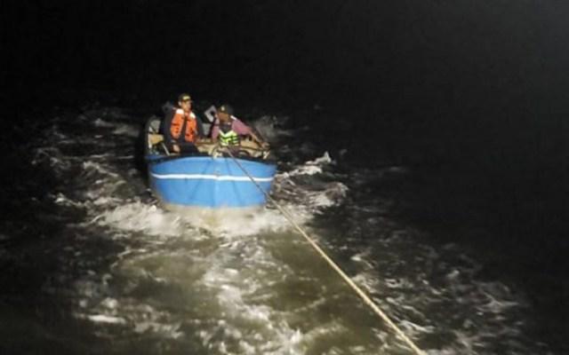 Rescatan a hombre y niño a la deriva en el Océano Pacífico - Rescate de hombre y adolescente en Colombia. Foto de Armada de Colombia