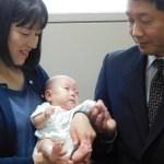 A punto de salir del hospital el bebé más pequeño del mundo - Ryusuke Sekiya (C), de seis meses de edad, aparece en la foto con sus padres un día antes de su alta hospitalaria programada en Azumino, prefectura de Nagano, el 19 de abril de 2019. Foto de JIJI PRESS / AFP