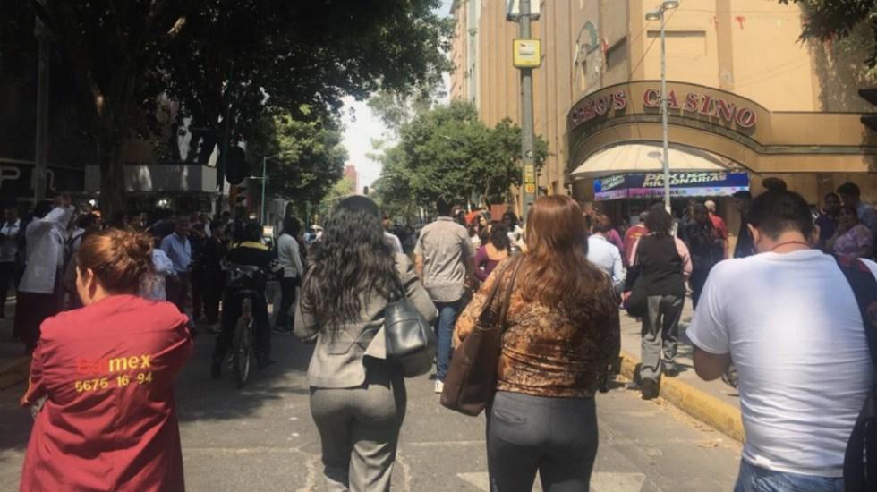 Desalojo de edificios en la Ciudad de México por sismo - Foto de @OVIALCDMX
