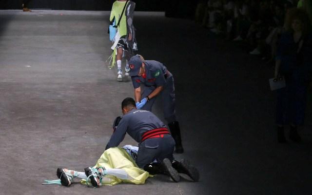 #Video Modelo se desmaya durante pasarela y muere - Socorristas auxiliando a Tales Soares. Foto de Charles Naseh