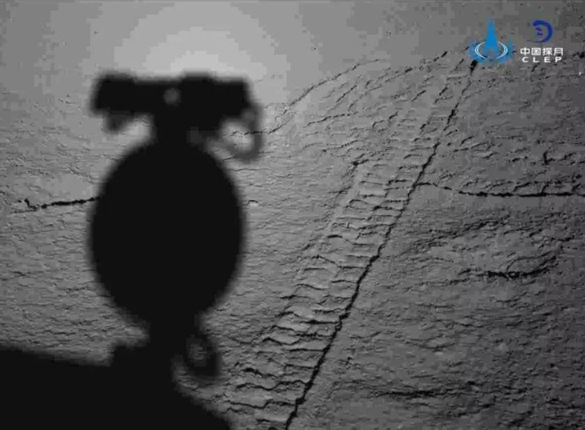 Sombra del rover Yutu 2 en el cráter Von Kármán. Foto de CLEP / CNSA