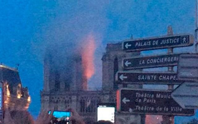 Fuego alcanza una de las dos torres de la catedral de Notre-Dame - Foto de Adrián Almoguera