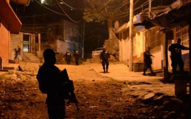 Secuestran a policía municipal de Uruapan - Uniformados en las inmediaciones de la casa del policía. Foto de Quadratín
