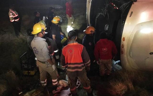 Volcadura de autobús deja once muertos en Zacatecas - Volcadura de autobús en Río Grande, Zacatecas. Foto de @PCEstatalZac