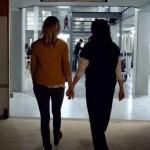 #Video Anuncian fecha de estreno de la última temporada de OITNB - Actrices de OITNB entrando al set de la penitenciaría de Litchfield. Captura de pantalla