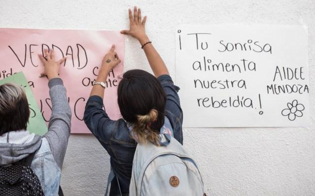 Revelan posible origen de la bala que mató a Aideé Mendoza - Amigos protestaron por el homicidio de Aideé Mendoza afuera de la PGJ-CDMX. Foto de Notimex