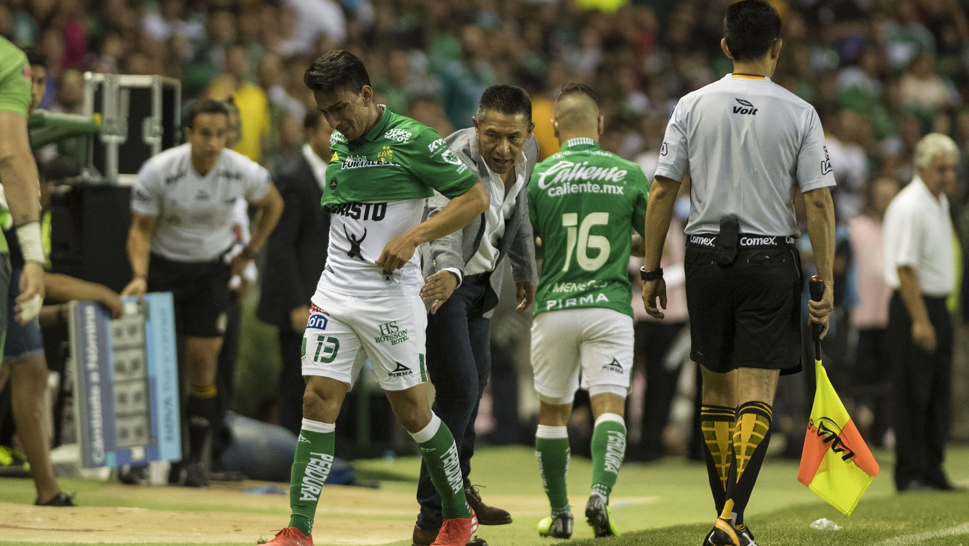 La figura del torneo, Ángel Mena, saliendo por lesión en el primer tiempo de la final. Foto de Mexsport.