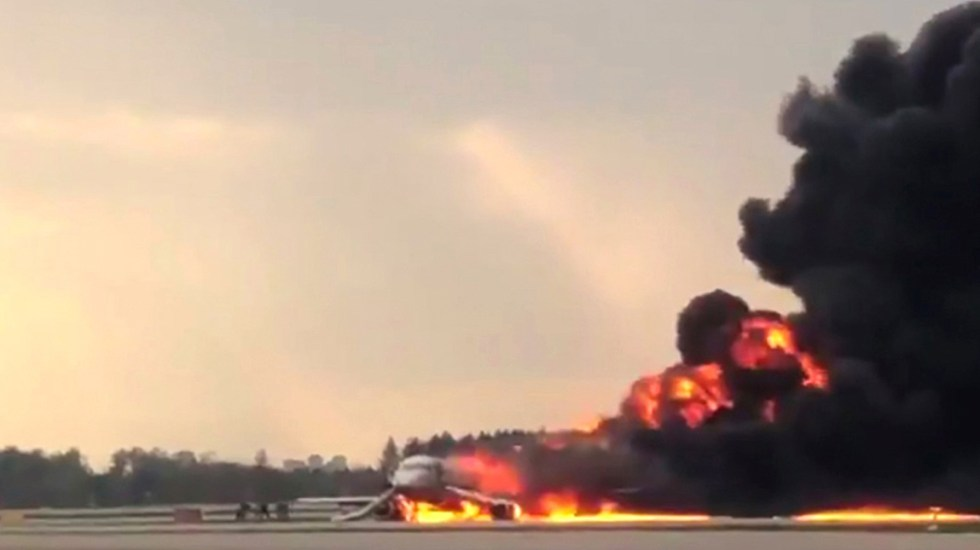 Mueren 41 en aterrizaje de emergencia de avión en Rusia - Aterrizaje de avión en llamas en Rusia. Foto de AFP / Mikhail Norenko