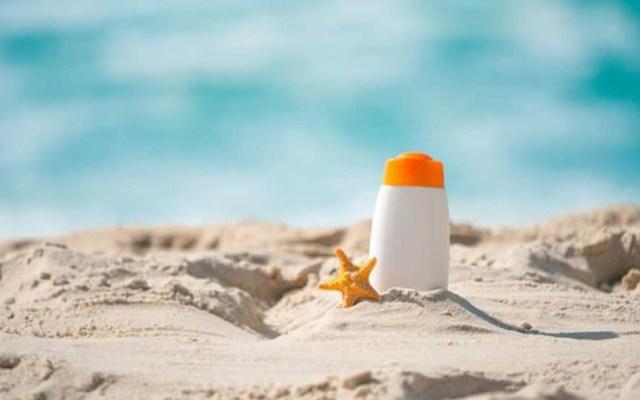 La piel absorbe ingredientes activos de bloqueadores solares - Bloqueador solar en la playa. Foto de Freepick