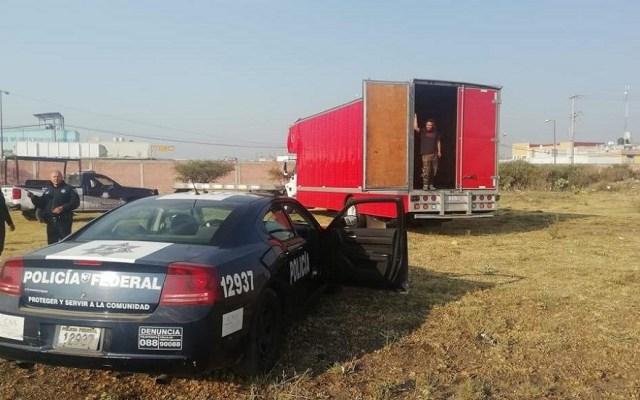 Encuentran vacío camión robado a Café Tacvba - Camión robado a Café Tacvba. Foto de Milenio