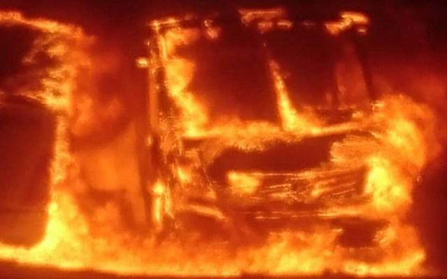 Incendio consume 30 camiones en pensión de Querétaro - Camiones en llamas. Foto de Quadratín