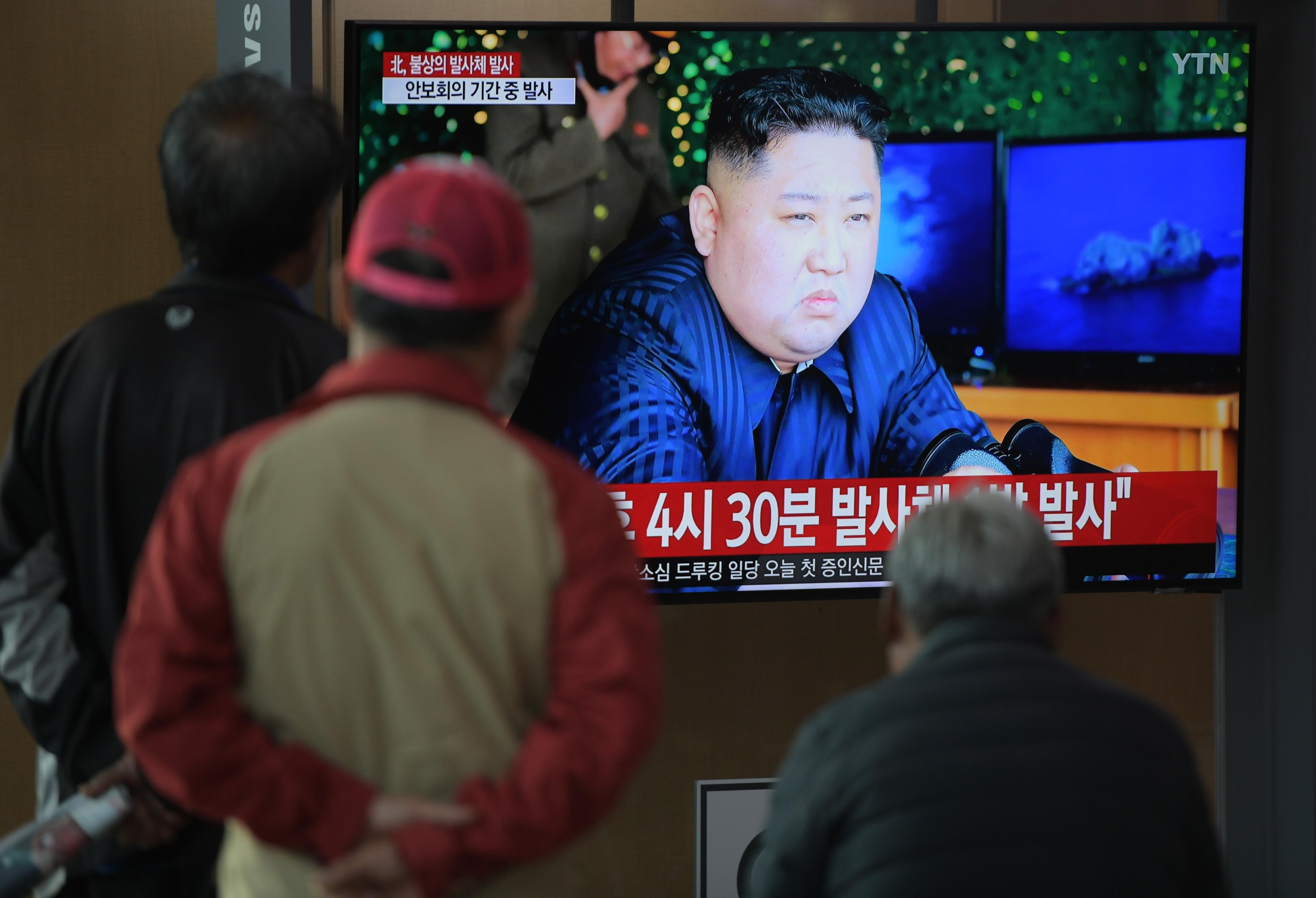 Gente en Seúl mirando televisión con imágenes de los proyectiles norcoreanos. Foto de Jung Yeon-je / AFP.