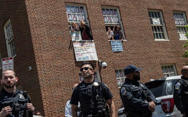 Activistas desalojados de embajadadeVenezuelaen Washington enfrentarían un año de cárcel - Foto de AFP