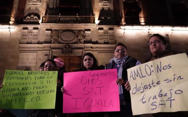 SAT deberá argumentar despido de dos mil empleados - Empleados despedidos del SAT manifestándose afuera de Palacio Nacional. Foto de El Universal
