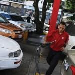 Falta de gasolina deja sin clases y sin efectivo a regiones de Venezuela - Foto de AFP