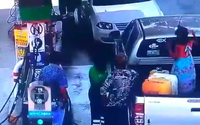 #Video Flamazo en gasolinera de Querétaro quema a padre e hija - gasolinera