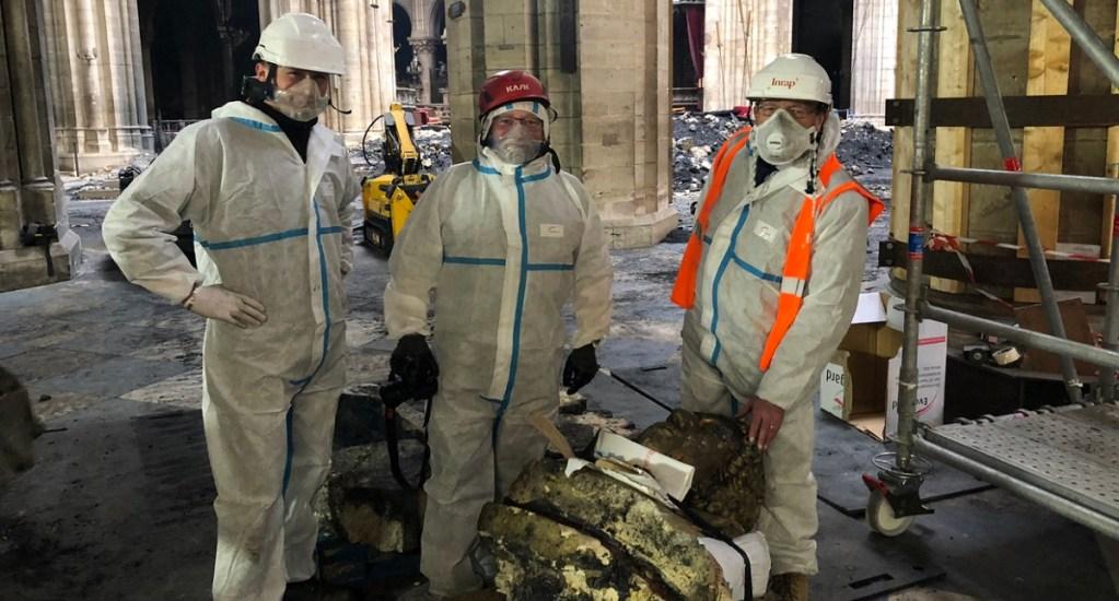 Hallan 'querubín dorado' entre escombros de Notre-Dame - Hallazgo del ángel. Foto de Tribune de l'art
