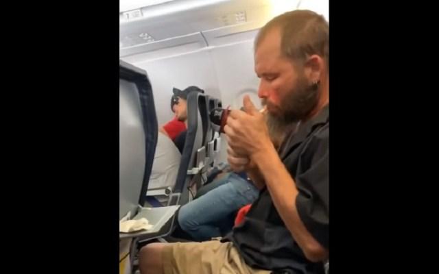 #Video Hombre se pone a fumar en pleno vuelo - Hombre fumando durante vuelo. Captura de pantalla