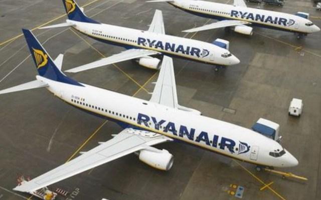 #Video Hombre intenta abrir puerta de avión en vuelo de Ryanair - hombre intenta abrir puerta de avión de ryanair y amenaza de muerte a todos