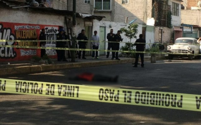 Matan a hombre afuera del Metro Pantitlán - Foto de @ErnestoZavale