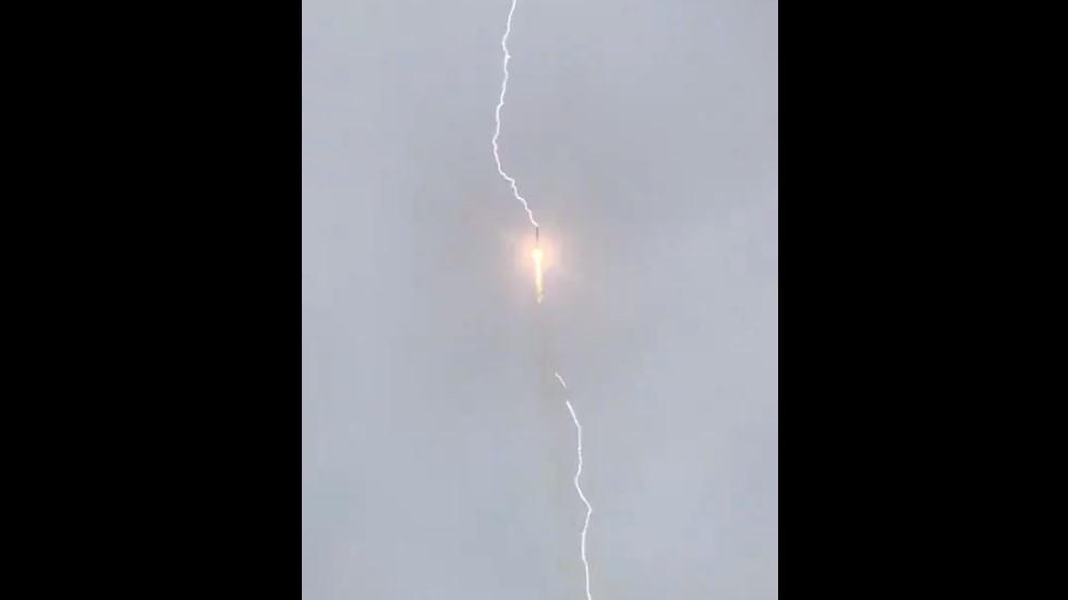 #Video Rayo impacta cohete ruso tras despegue - Impacto de rayo a cohete Soyuz. Captura de pantalla