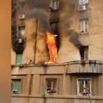#Video Rescatan a hombre que quedó en una cornisa durante incendio en Roma - Captura de pantalla