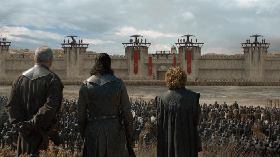 HBO celebrará el décimo aniversario de 'Game Of Thrones' - Jon Snow y Tyrion Lannister a las puertas de King's Landing. Foto de HBO / EW