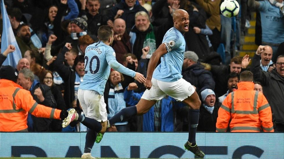 Golazo de Kompany acerca al Manchester City al título de la Premier - Foto de AFP