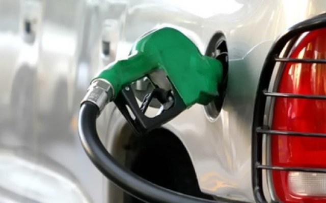Pemex deberá transparentar gasolineras que vendían combustible ilegal - Manguera de gasolina. Foto de CRE